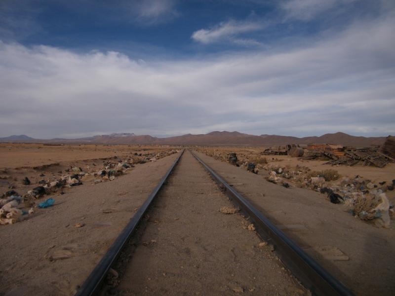 el cementerio de trenes expone unas vías que incitan a seguir hasta el infinito