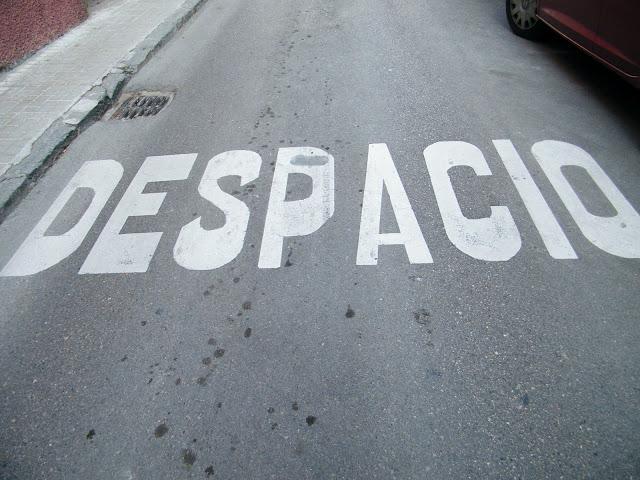 letras escritas en el asfalto de una carretera en huesca que indican despacio por la progresión del nuevo escenario político en Euskadi en el marco del conflicto vasco.