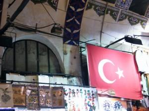Bandera turca que puede avistarse en cualquier rincón del país.