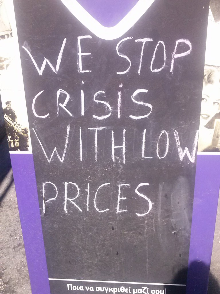 Carteles que anuncian precios especiales para combatir la crisis, si es que es combatible/ Rodas. J.M