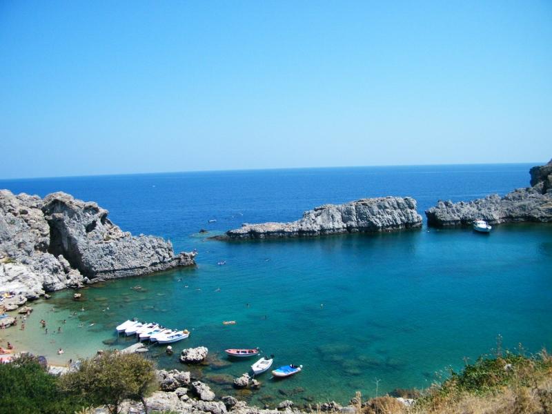 Una de las playas de Lindos. Agua transparente y rocas a las que pueden acercarse nadando. /Lindos. J.M