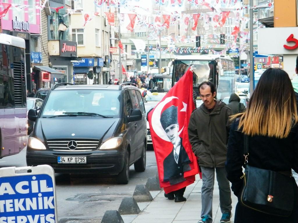banderas turcas y retrato de Atatürk