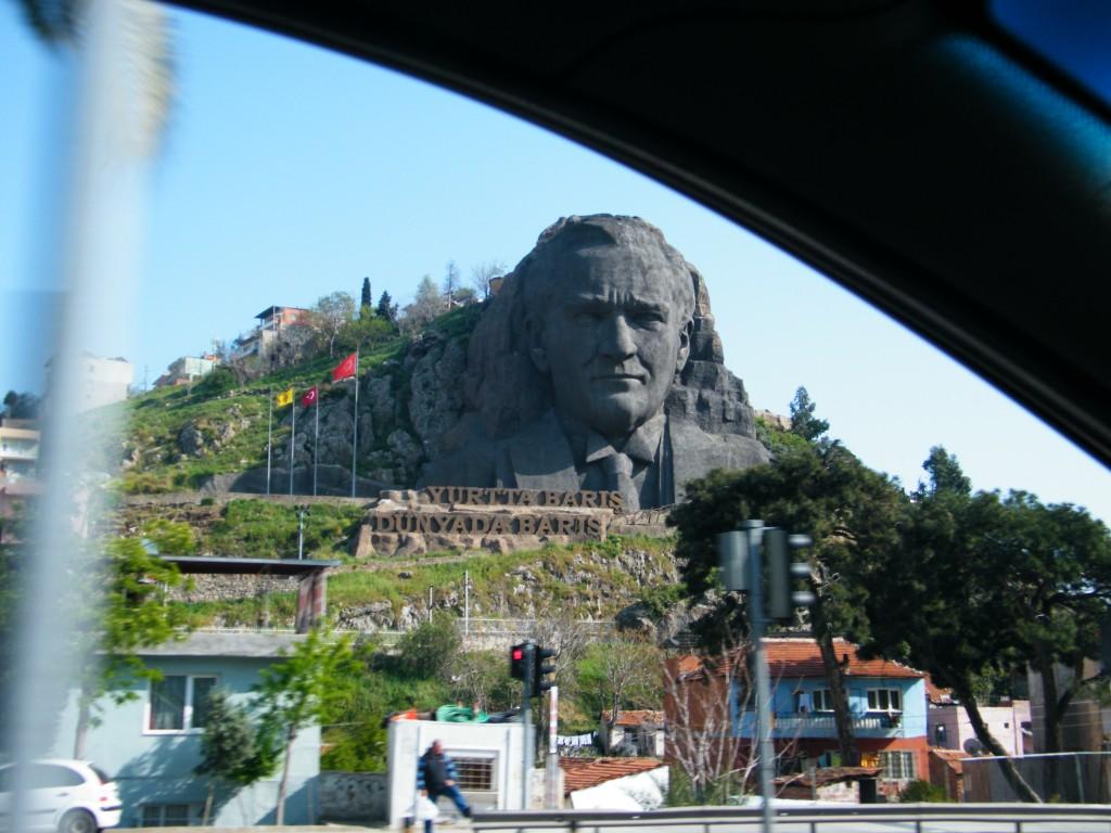 Atatürk tallado en piedra en Izmir