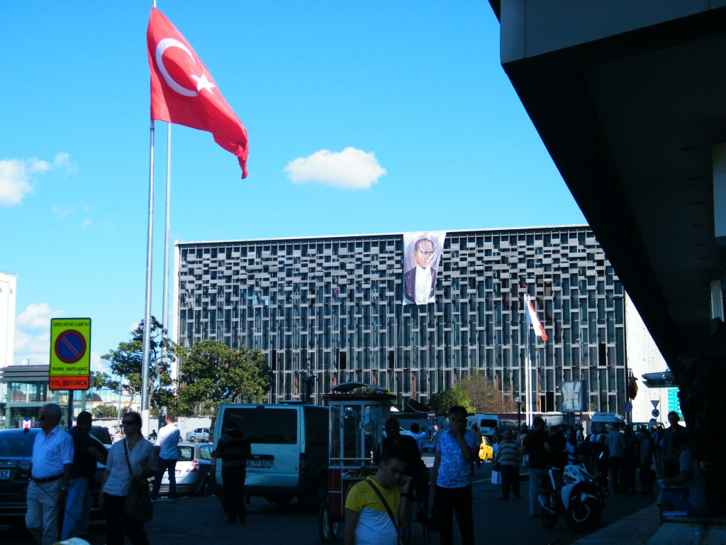 Centro Cultural Atatürk custiodado por la policía