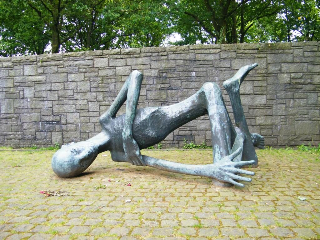 escultura que muestra a un prisionero