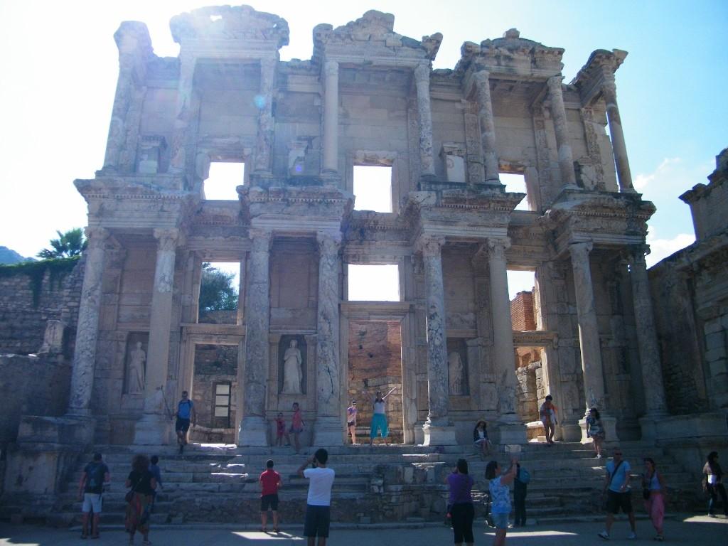Luz en la biblioteca de Celso en Ephesus