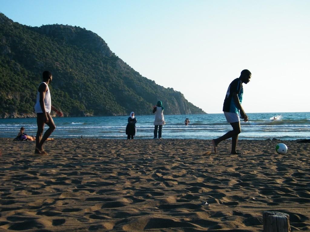 Durante una de las excursiones a la playa de Istuzu, unos jugaban al fútbol, otros se bañaban, algunas hacían fotografías... /Istuzu. J.M