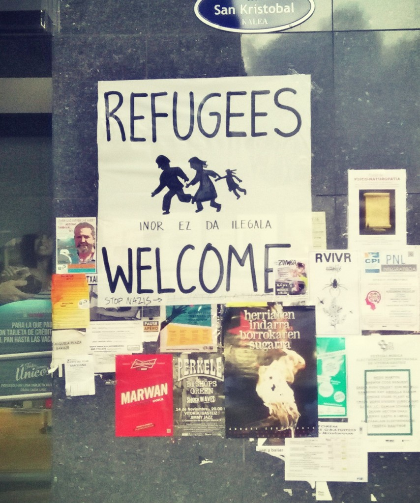 cartel que da la bienvenida a los refugiados en Donostia
