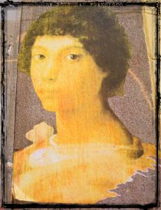Mujer enmarcada por los apellidos