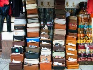 Zapatos sobre maletas como metáfora de la emigración laboral que provoca la crisis española.