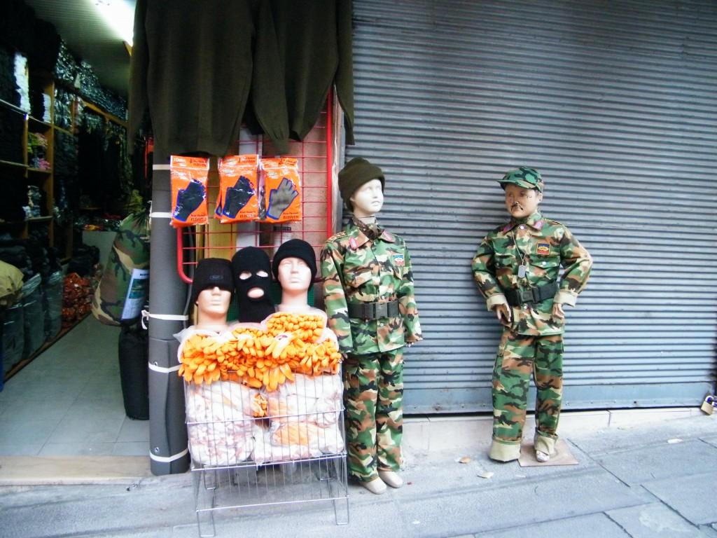 Maniquís que representan a niños con uniforme de militar.