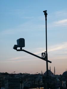 Dos cámaras vigilan las calles de Istanbul.