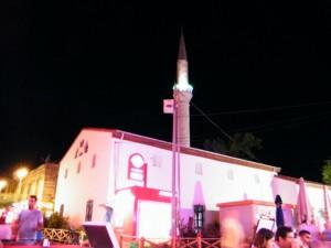 Mezquita en contraste con el Bar Street