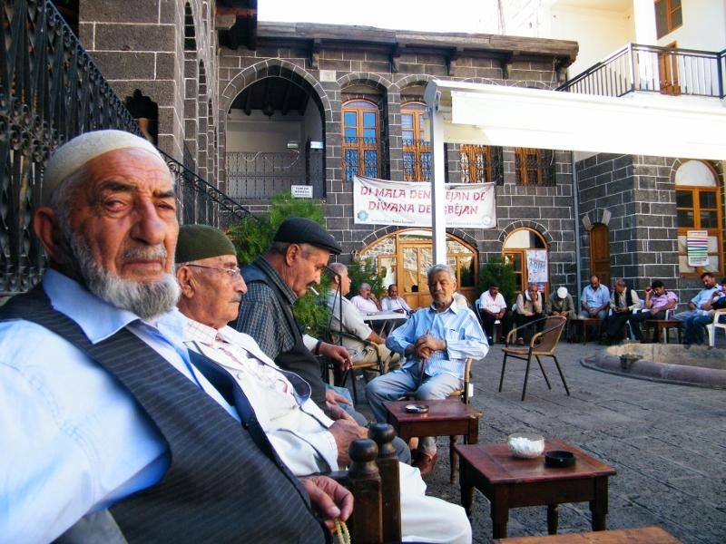 Se sientan en círculo, beben té, ven la vida pasar y la cantan. / Diyarbakir. J.M