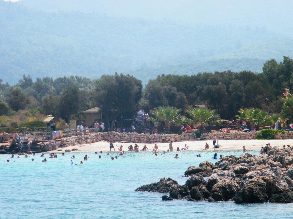 Vista de la playa en la Isla Cleopatra desde el barco